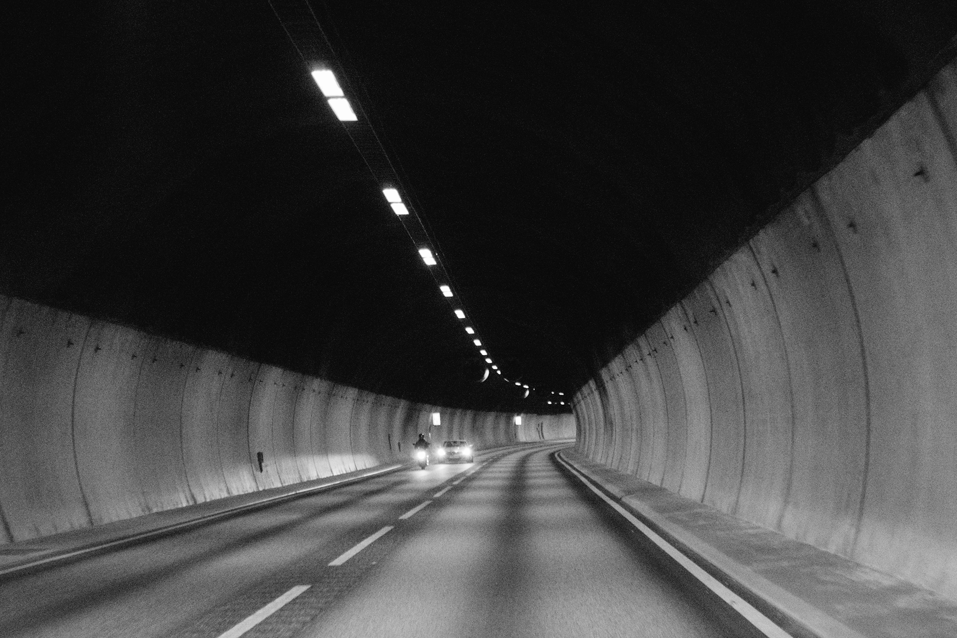Tunel in black and white, down, underground, tune, pipe, tunnel, road, pavement, cars, motorbike, motorcycle, lights, black and white, automotive